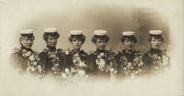 Suomalaisia naisylioppilaita vuonna 1906. Jenny af Forselles teki pitkään töitä naisten aseman ja koulutusmahdollisuuksien parantamiseksi. Kuva: Wikimedia Commons.