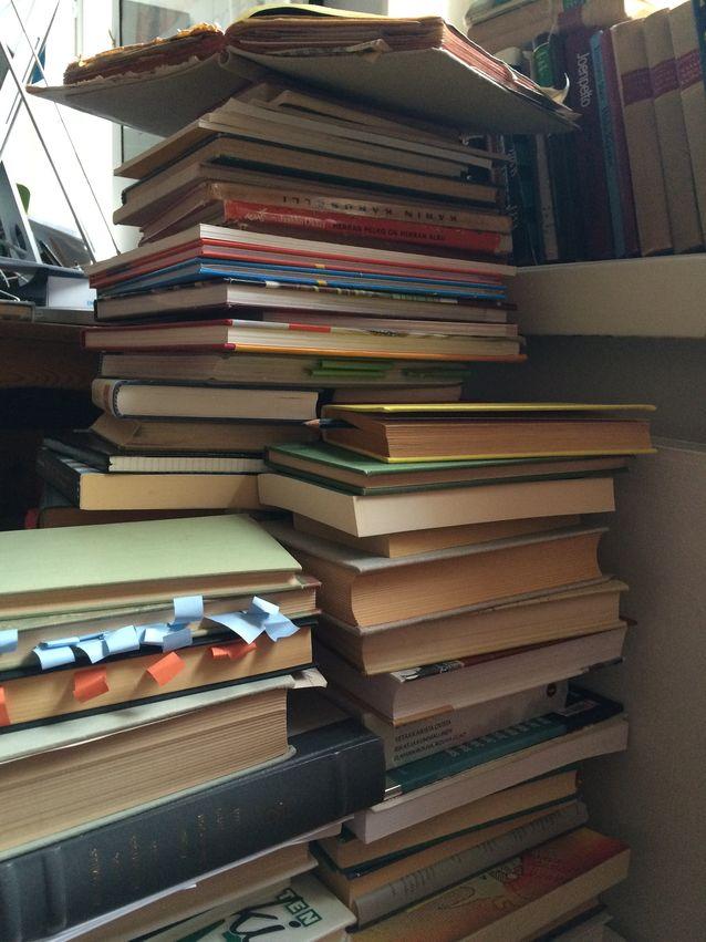 Kirjoja on kertynyt opiskeluajoista lähtien.