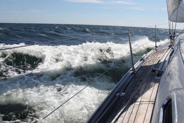Helena Ruuska tuulettaa kesäisin mielellään ajatuksiaan purjehtimalla.