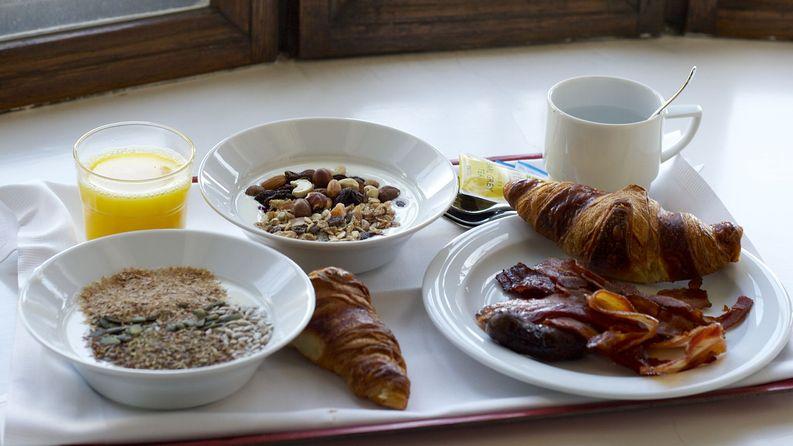 Seurahuoneen pesäero muihin Cumuluksiin: Pekonia aamiaisella... Kävin keräilemässä aamiaisen sänkyyn. Hänelle siemeniä ja jogurttia - minulle rasvaista sikaa.