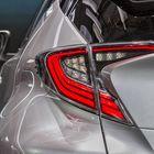 Bumeranginmuotoiset led-takavalot takaavat, että C-HR on helppo tunnistaa myös takaosastaan.
