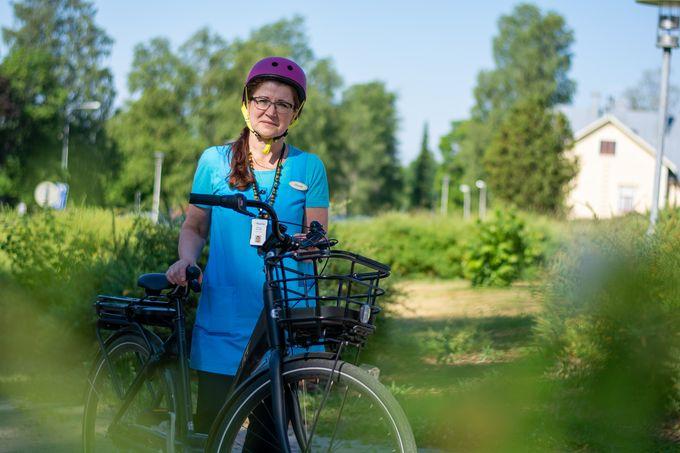 Paula Mulari kulkee asiakkaiden luo sähköpyörällä.