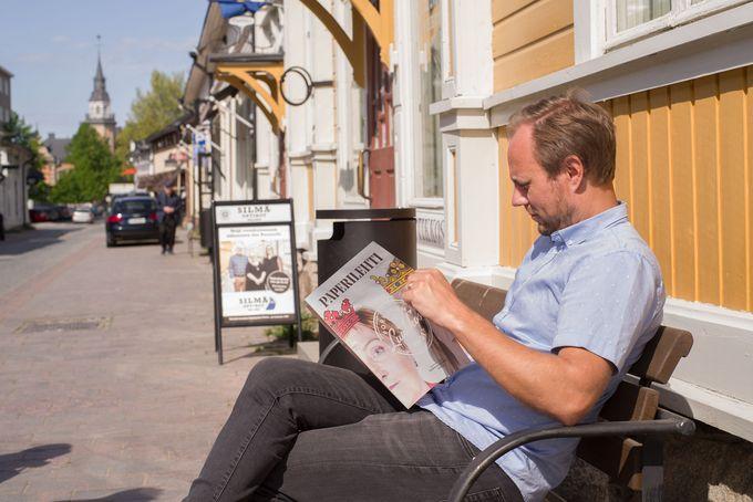 Antti Lehto lukemassa Paperilehteä