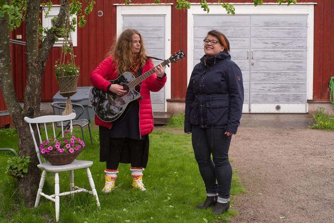Hanna Turunen soittaa kitaraa ja Jenni-Stiina Inkinen laulaa.