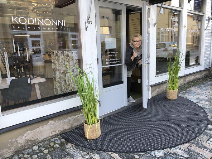 Johanna Närvä Kodinonnen uuden liikkeen ovella.