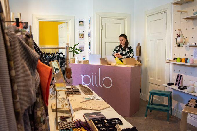Anni Kaita-aho pakkaa Design shop Piilon tuotteita kuljetukseen.
