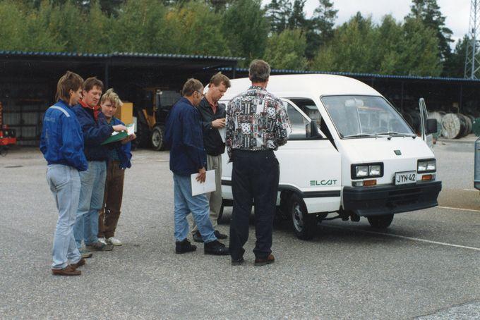 Väki ihmettelemässä Subaru Elcat -sähköautoa 90-luvun alussa.