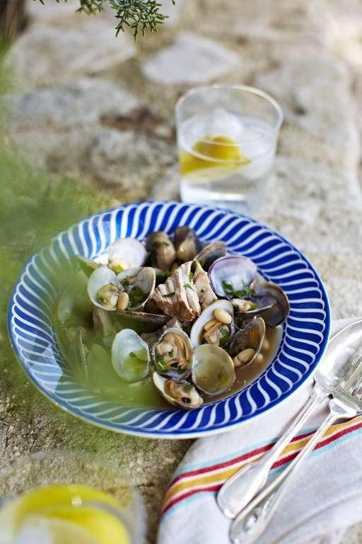 Porc et palourdes au Cidre accompagnes de flageolets (Pork and clams with cider and butter beans)