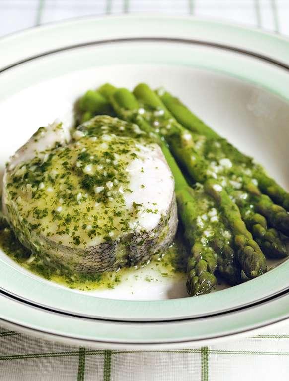 Hake in Green Sauce with Asparagus (merluza en salsa verde con espárragos)