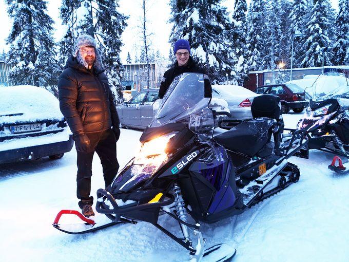 Esled-sähkökelkkojen kehittäjän ja valmistajan Aurora Powertrains Oy:n toimitusjohtaja Ari Karjalainen esittelee kelkkaa.
