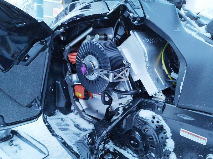 Sähköinen tekniikka on koottu kompaktiin pakettiin, joka kiinnitetään tehdasvalmiiseen runkoon katteiden alle.