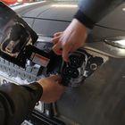 Hyundai Konan latausluukkuun pakkautuu ajoittain lunta, joka pitää putsata pois ennen latausjohdon paikalleen asettamista.