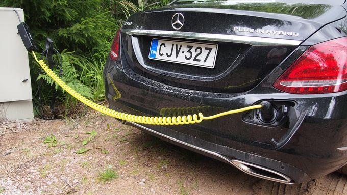 Moni sähköautoilija käyttää harvoin julkisia latauspisteitä, jos hänellä on mahdollisuus kotona lataamiseen.