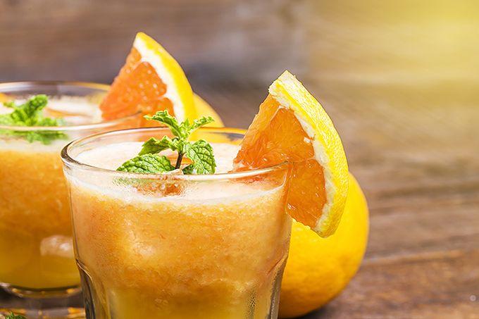 Aamun energinen vitamiinijuoma syntyy appelsiineista ja banaaneista.