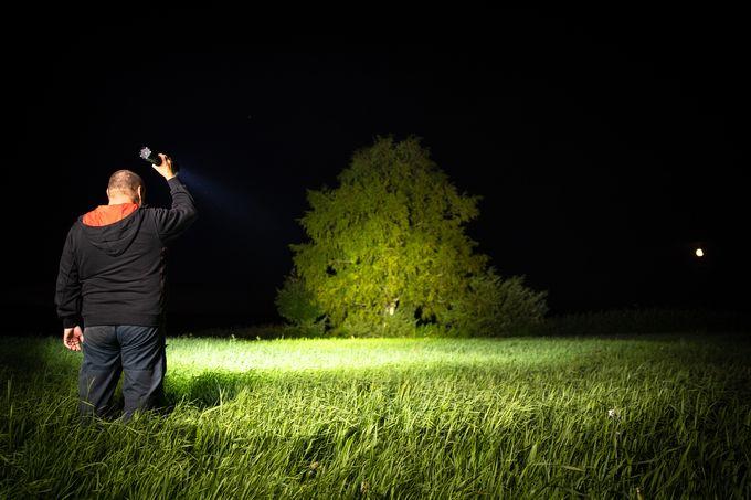 Taskulamppu valaisee pimeässä tehokkaasti.