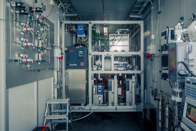 Liikuteltava tuotantolaitos, jossa hiilidioksidista ja vedystä valmistetaan sähkön avulla polttoaineita.