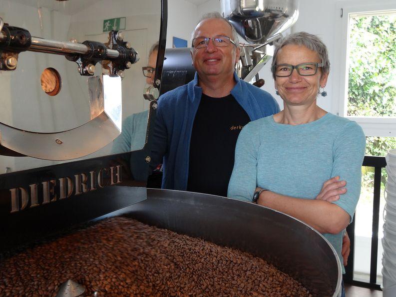 Daniel Sutter und Christine Schürch an ihrer Röstmaschine.