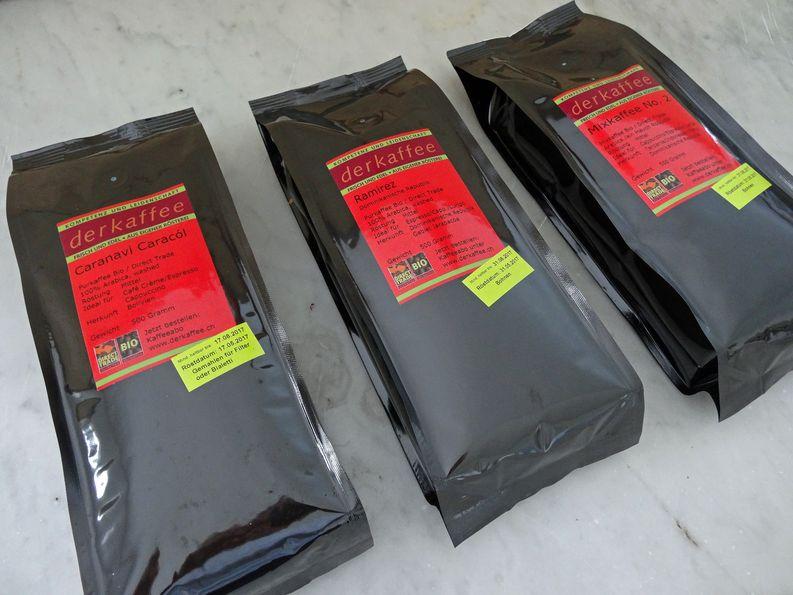 Frisch geröstete und verpackte Kaffeespezialitäten von derkaffee.