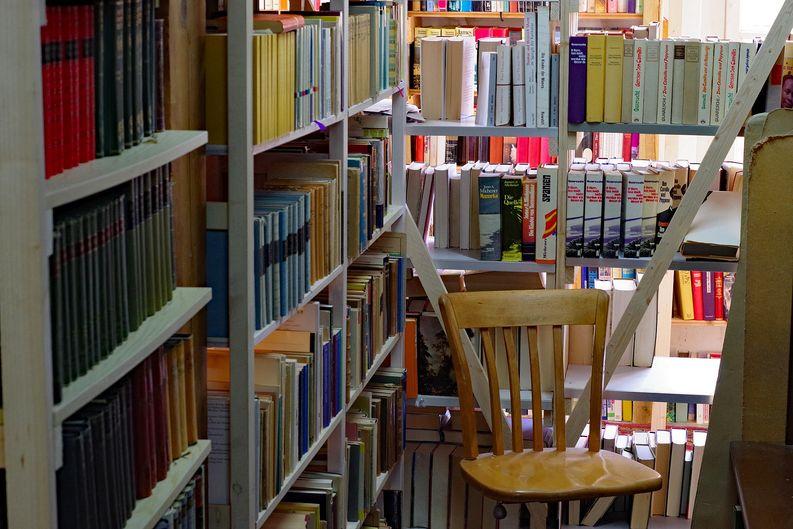 Sitzgelegenheit in Büchermühle