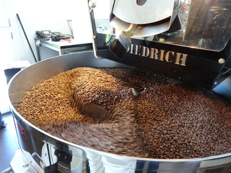 Röstmaschine, Kaffeebohnen werden mit Luft abgekühlt