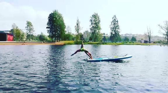Vielä on kesää jäljellä! Vedet on nyt niin lämpimiä, ettei tahallinen tai tahaton uiminen suppailun ohessa haittaa tai se on jopa suotavaa. Kuka olisi valmis kokeilemaan tällaista? 🤸🐬 #supjoensuu #supinstructors #visitkarelia #suppailu