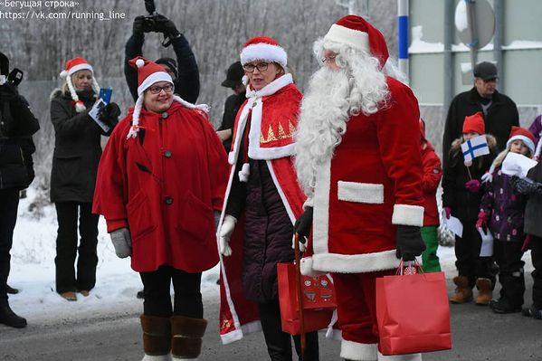 В понедельник, 17 декабря, уже в 8 раз состоялась традиционная встреча Деда Мороза из России и его финского коллеги Йоулупукки. В этом году она также проходила на карельской границы, а после творческих номеров, обменов подарками и поздравлениями зимние волшебники отправились по противоположные стороны границы, чтобы поздравить детей. В то время, как Йоулупукки поздравлял ребят из Вяртсиля и Сортавалы, вместе с российским Дедом отправились в финский город Китее, где он поздравлял воспитанников детского сада, школы и дома престарелых.  #Вяртсиля #Карелия #niirala #suomi #finland  #ДедМороз #Йоулупукки #НовыйГод #ЗимнийДед #Россия #Финляндия #Китее #Новости #kitee #Joulupukki #НовостиРоссии #НовостиКарелии #НовостиСортавала #БегущаяСтрокаГид