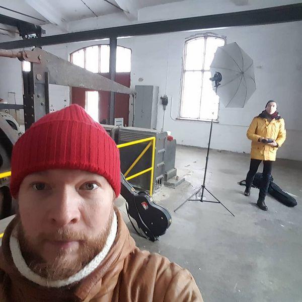 Outokummun kaivokselta on hyvä ammentaa! Promokuvia mitä siisteimmässä ympäristössä nikojouhkimainen kanssa. Tykkään älyttömästi vanhoista teollisuusympäristöistä. Hienoo! • • • • #outokumpu #rikastetumpana #vanhakaivos #promokuvat #valokuvaus #laulajalauluntekijä #singersongwriter #hyytävänkylmää #teollisuus #kaivos