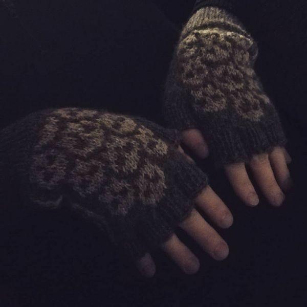 I knitted a pair of skull gloves to warm the one I love. 🙂 Beautiful yarn comes from the same area he grew up in. #noittaantila #tohmajärvi #kainuunharmas #kainuunharmaslanka #knitting #neulonta #neulojat #knittersofinstagram #fingerlessgloves #kynsikkäät #käpälät