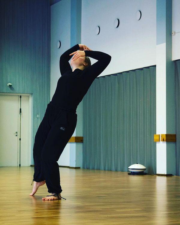 Tasan viikon päästä soolotyöni näkee päivänvalon Outokummun Kiisu-teatterilla. 🌚 (Lavalla ei tulla näkemään kuvassa vierailevaa ilmankosteuttajaa 😄). Tiimissä mukana my boys eli vilmutti ja laiti_official • • • Kuvaaja: Taina Koistinen  #okudancers #riveria #tanssinkoulutus #outokumpu #contemporarydance #solowork