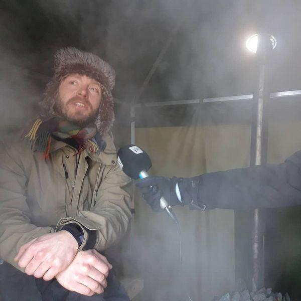 Joensauna talvisaunamaailma avaa ovensa tänään Botanialla. Saunamestari Matti Moller antoi Radio Suomelle haastattelun löylynheiton lomassa telttasaunassa! #Joensuu #joensauna #talvisauna #Yle #pohjoiskarjala #ylejoensuu #botania #sauna #saunatime