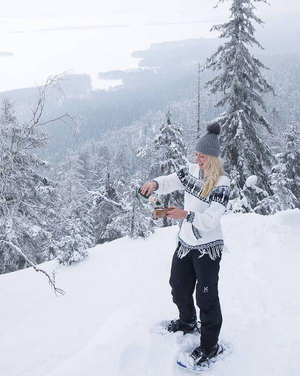 #Repost skumppaakuksasta • • • • • Kun on lumikenkäilyt viisi tuntia, maistuu skumppa kuksasta aika törkeän hyvältä 🍾😁. Toivottavasti sinunkin päiväsi on ollut hyvä ❤️. #koli #finland #ulkonaperillä