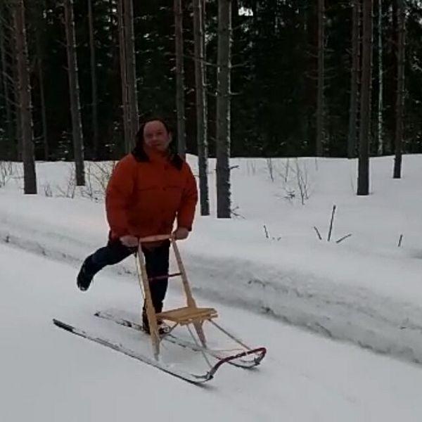 Trineo tradicional en Carelia,Kicksled in Karelia,Финские Сани в Карелии,Potkukelkka Karjalassa, Trenó tradicional na Karelia 🙌😀👍👍 #karjala #karelia #kicksled #kicksledding #travelfinland #potkukelkka #koli #карелия #финскиесани #snowfun #onlineteacher #travelingteacher #learnlanguages #finlandia #viagem #suomi