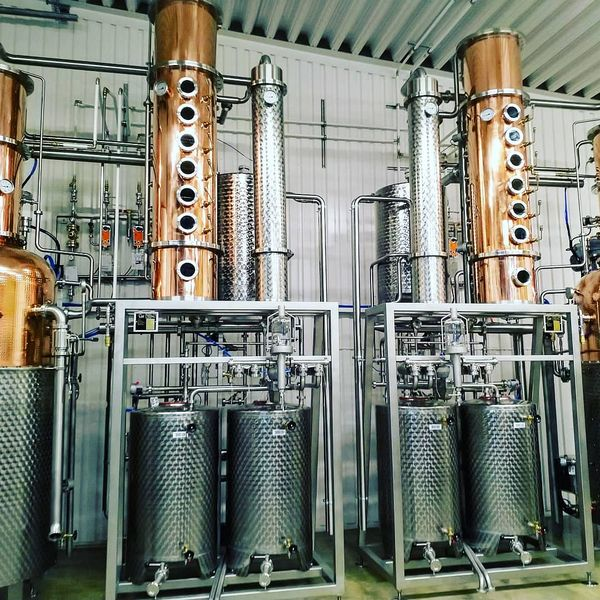 Uudet kaksoset valmiina tositoimiin. #hermannin #hermanninviinitila #distillery #gin #stills #copper #distilling #nordicpremiumbeverages #craftdistilling #ilomantsi #spirits #wines #tislaamo