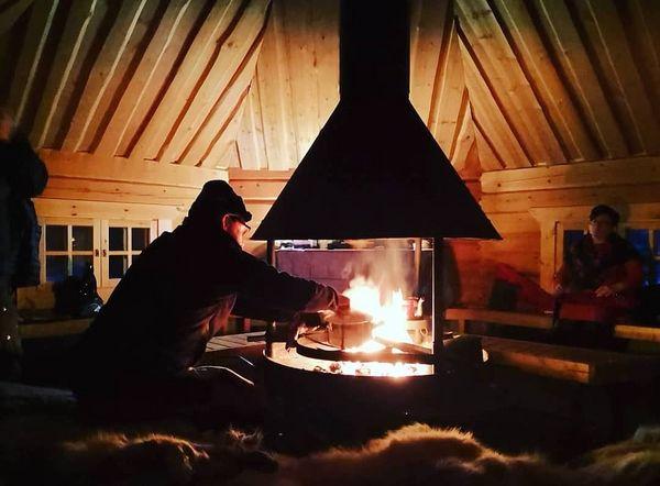 Der Winter in Nordkarelien hat eigene Spielregeln.. in dieser unberührten Region teilen Einheimische beim Abendessen einzigartige, lebendige Geschichten. Wie überlebt man in der Natur, welche handwerklichen Tätigkeiten und Techniken sind nützlich?! karu_survivalvisitkarelia_finland #visitkarelia#visitkarelia_finland#finnland#finland#joensuu#discover#travel#nature#white#fire#survival#learn#enjoy#love#reisen#entdecken#finnland#dinner#fire#kota#bushcraft