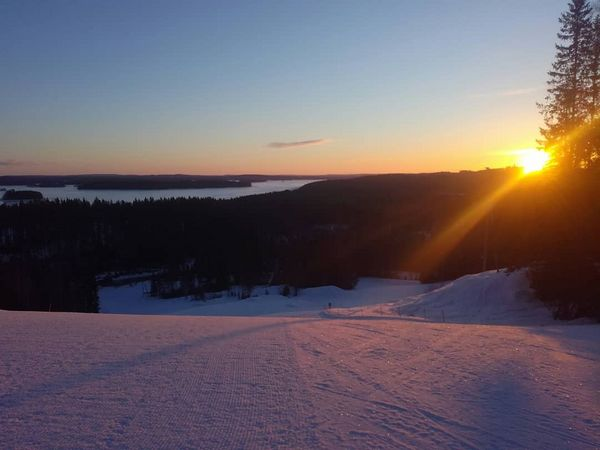 Aurinko tervehti aamulla tampparikuskia. Tervetuloa nauttimaan raikkaasta ulkoilmasta kevätauringon lämmittäessä! #pääskyvuori #pääskyisback #heinävesi #aurinko #sunrise #snowboarding #visitkarelia_finland #skifinland #skifikamerat #talvi #kevät #rinteessä
