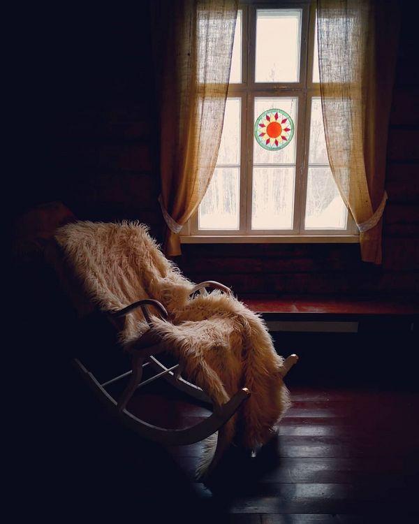 Ein kleines Haus, mitten im Nationalpark, umgeben von Wanderwegen, weißer Natur und frischer, eisiger Luft, wirft uns eine Frage in den Kopf: Wie viel braucht man für ein schönes Leben? #finland#finnland#visitkarelia_finland#visitkarelia#snow#mountains#hiking#cold#travel#vacation#village#life#art#photooftheday#reisen#berge#winter#schnee#kalt#objektifimden#aniyakala#yule#yulereisen#instagood#nature#love#green
