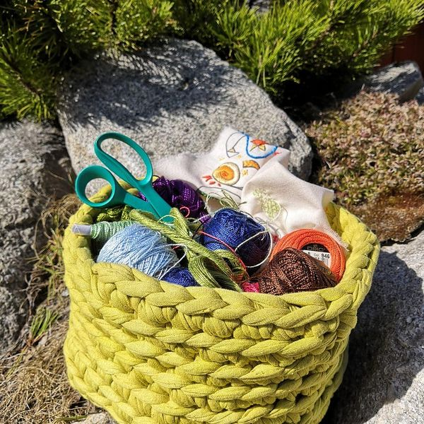 Käsityövinkki nro 20:  Kuteesta virkattuun koriin on helppo kasata käsityötarvikkeet pihahommiin 😆 kevään ihana lämpö ❤ ja käsityöt ulkona😍  #110käsityöideaa #taitopohjoiskarjala110vuotta #juhlavuosi #taitopohjoiskarjala #onnielääkäsityössä #käsityö #taitokeskus #ilomantsi #joensuu #lieksa #tohmajärvi #taitobussi #taitoshopjoensuu #taitokortteli #piirolanpiha #pohjoiskarjala #visitkarelia_finland #vuodenkäsityötekniikka #kudonta