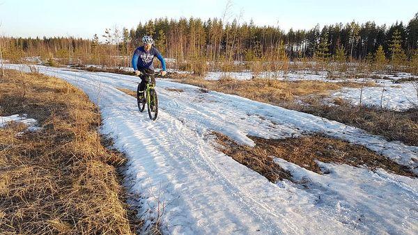 Pohjoiskarjalalaiset - tämä rauhaa rakastava kansa. Ajelin törkeästi latuja pitkin 16° lämmössä eikä kukaan hikeentynyt. Ei yhtään laturaivoa. Ihanaa.  #myjoensuu 💙 #eilaturaivoa #mtb #mtbfinland #mtbjoensuu #skitrack #skiingtrack #trail #maastopyörä #wintermtb #mtbjoensuu #lumi #snow #talvipyöräily #hankikanto #pyöräily #wintercycling #explorefinland #ourlonelyplanet #outdoor #outdoorsport #outdoorfinland #Finland #visitkarelia_finland #visitingfinland #bikesport #photographer #valokuvaaja Jarno #Artika