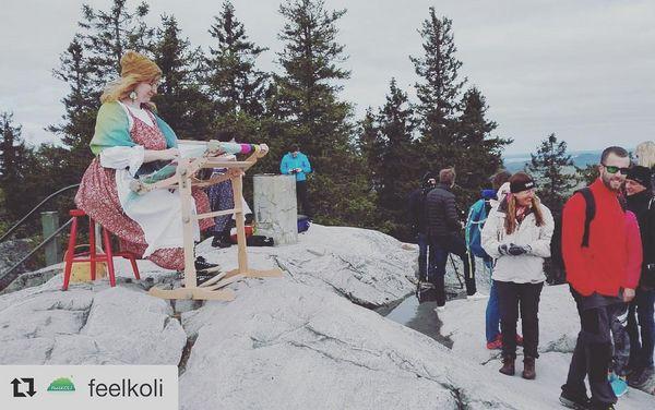 Mukana myös #maaseuturahasto! #Repost feelkoli ・・・ Ukko-Kolilla on tänään Taitokorttelin kannettavat kangaspuut, joita voi myös vuokrata. Tosi kiva idea, kangaspuut voisi ottaa vaikka mökille 🙂 Villahuivi tekemiseen menee kuulema vain nelisen tuntia, se olis sopivan pituinen käsityöprojekti (eikä siinä ole kantapäätä 😁). Handicraft show today in Ukko-Koli 😊 Did you know you can also rent these small portable looms from Taitokortteli in Joensuu? What a great idea!  #feelkoli #ukkokoli #taitokortteli #joensuu #pohjoiskarjala #visitkarelia_finland #northkarelia #visitfinland #ourfinland