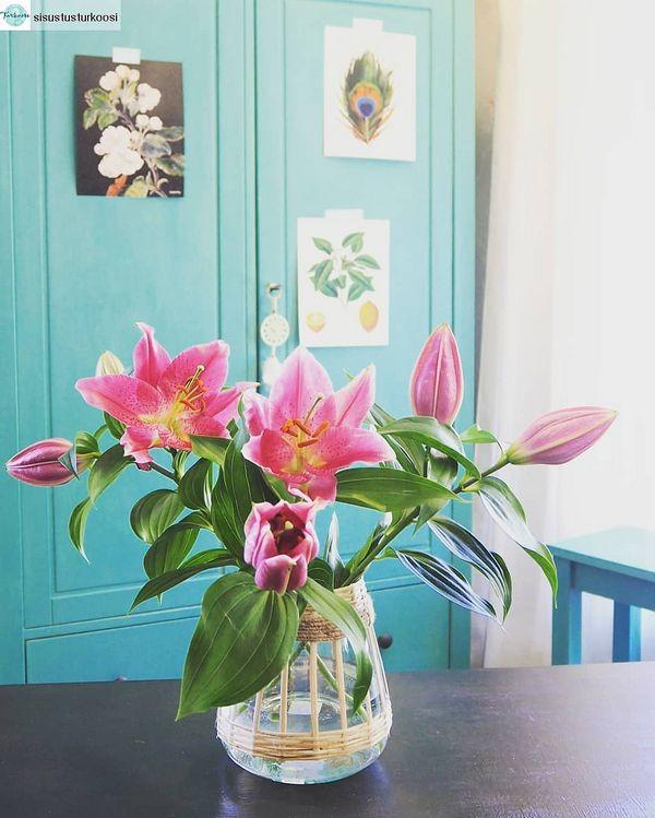 #Repost from sisustusturkoosi with regram.app ... Perjantai. Osta kukkia maljakkoon ja pientä hemmottelua itselle ❤  Ihanat liljat Madam Stoltzin maljakossa. Kuva Sisustus Turkoosi.  #sisustusturkoosi #madamstoltz #vanillafly #taitokortteli #perjantai #sisustuskauppajoensuu #värikäskoti #bohemianhome #orientallily #flowers #joensuu #pohjoiskarjala #visitkarelia_finland