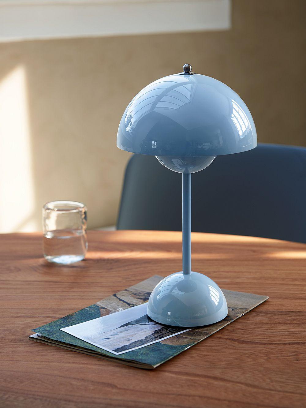 &Tradition Flowerpot VP9 portable table lamp, light blue