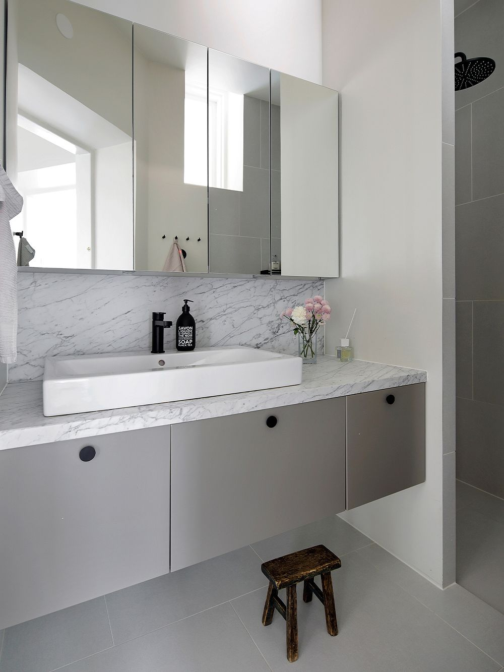 Bathroom with marble and gray tones