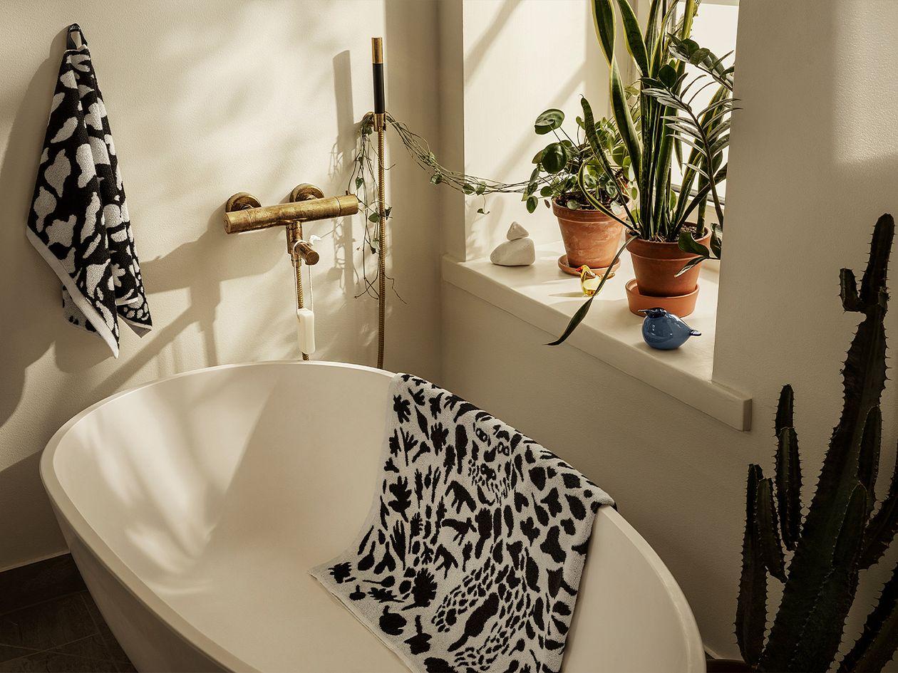 Iittala OTC Cheetah bath towel, black - white