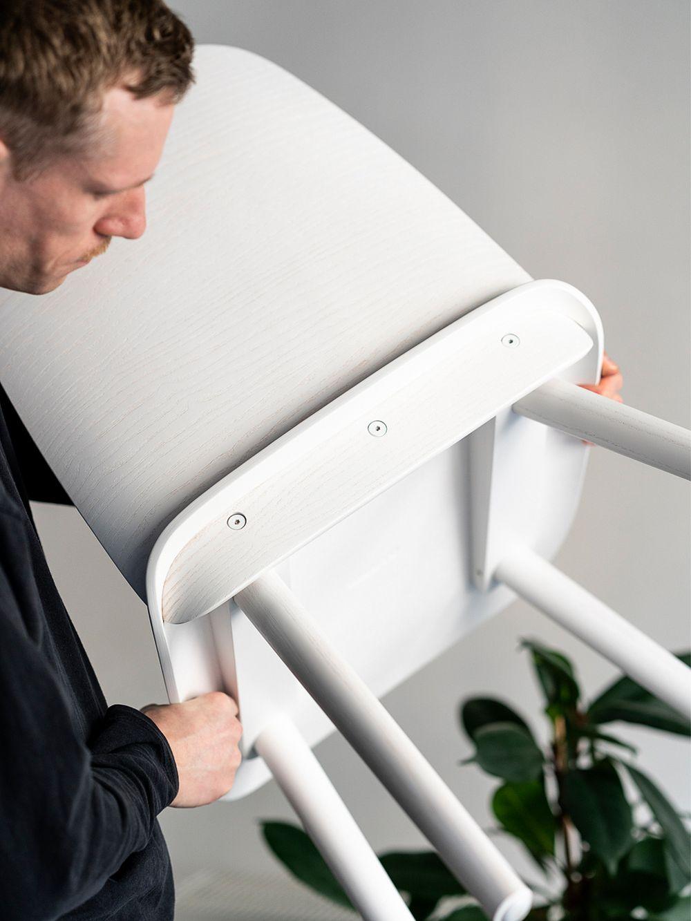 David Geckeler pitelemässä valkoista Nerd-tuolia