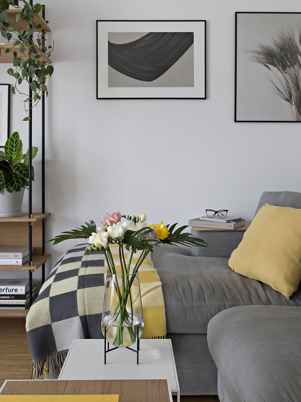 Menu's Échasse vase in a living room setting.