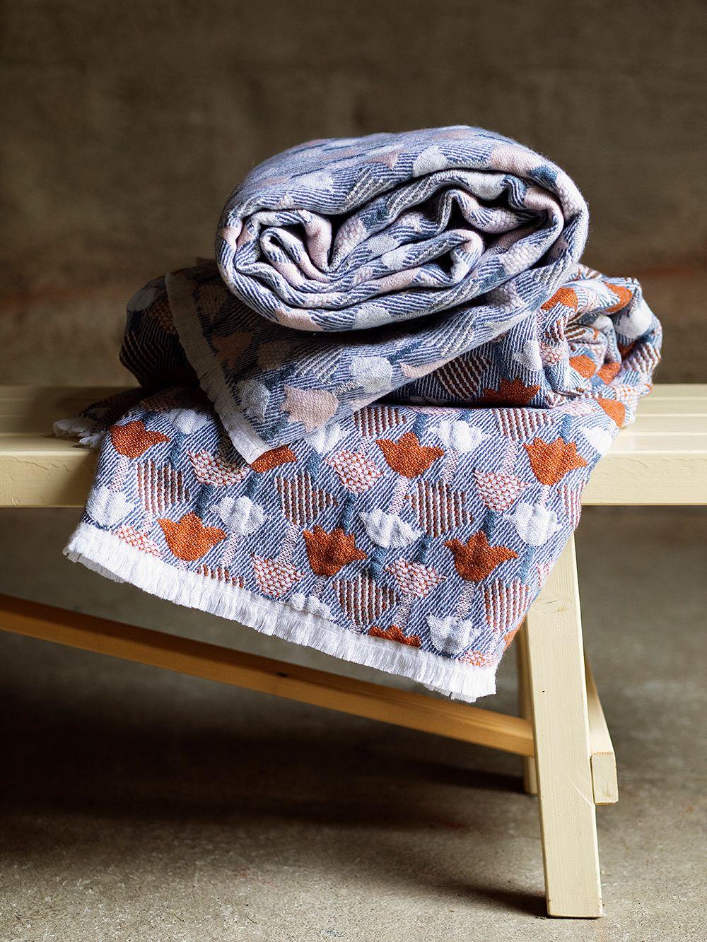 Tulppaani blanket by Lapuan Kankurit