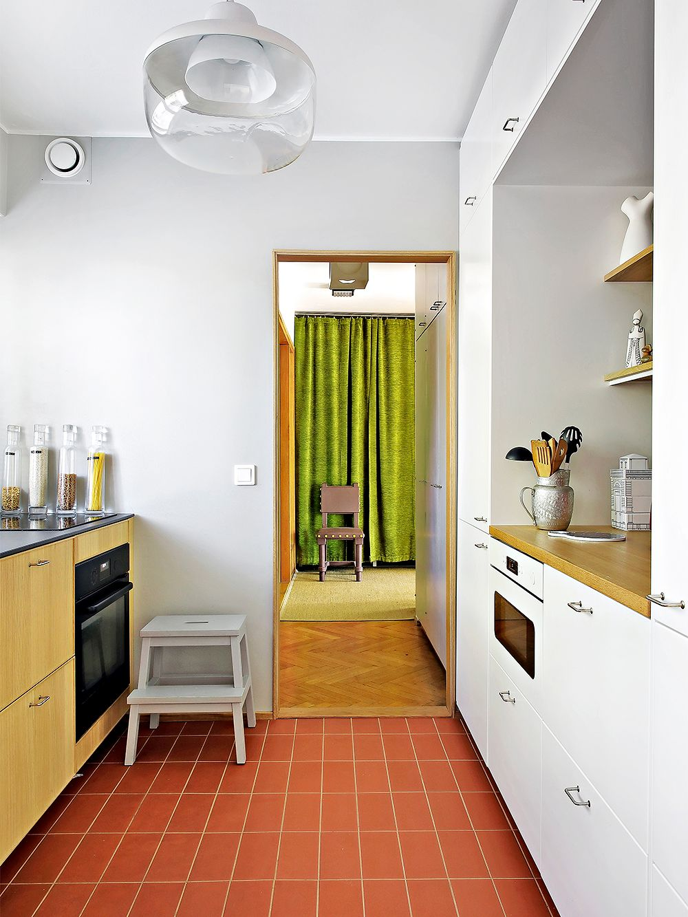 Brick-colored tiles in the kitchen