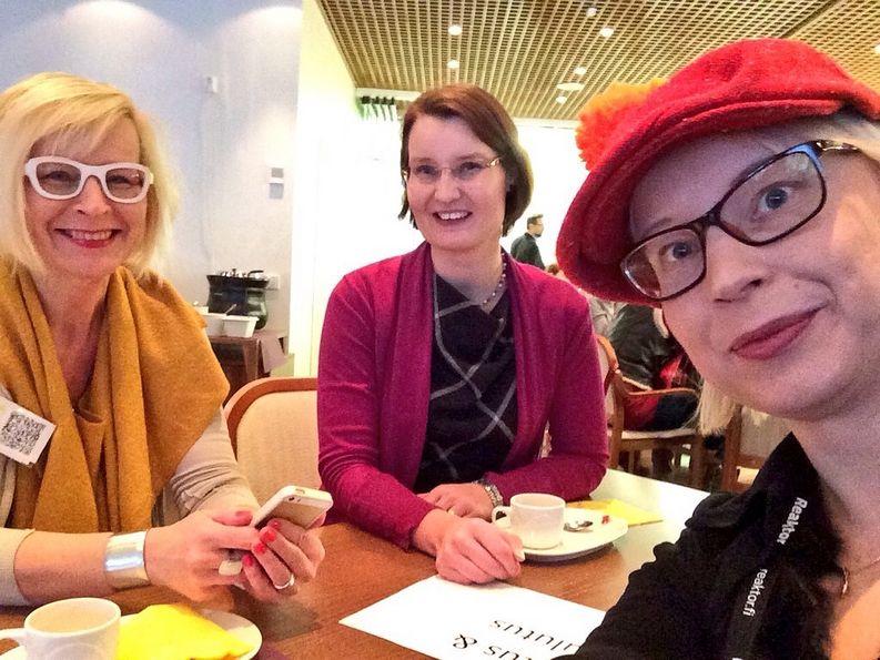 Pauliina Mäkelä, Petra Heikkari ja Marja Nousiainen Lahden CMADFI 2015-tapahtumassa. Kuvan otti Pauliina Mäkelä.