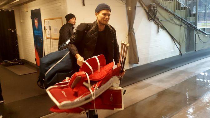 Riku Helenius kantoi Ilves - KalPa -ottelun jälkeen pelikamansa pukukoppikäytävän päästä toiseen. Kuva: Miika Arponen