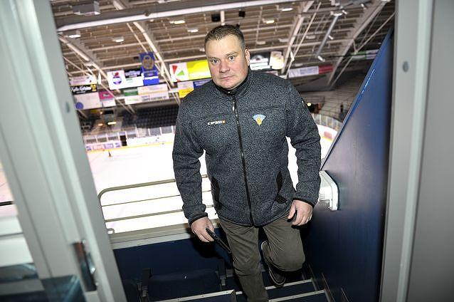 Rauli Urama perustelee kohua herättänyttä päätöstä. Kuva: Juha Sinisalo